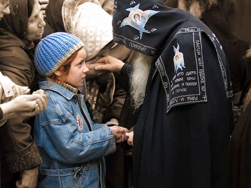 Благословение: зачем целовать руку священника